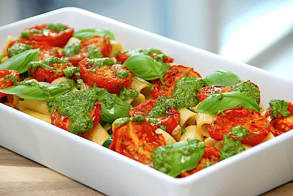 Italiensk pastaret med kylling, semidried tomater og persillepesto