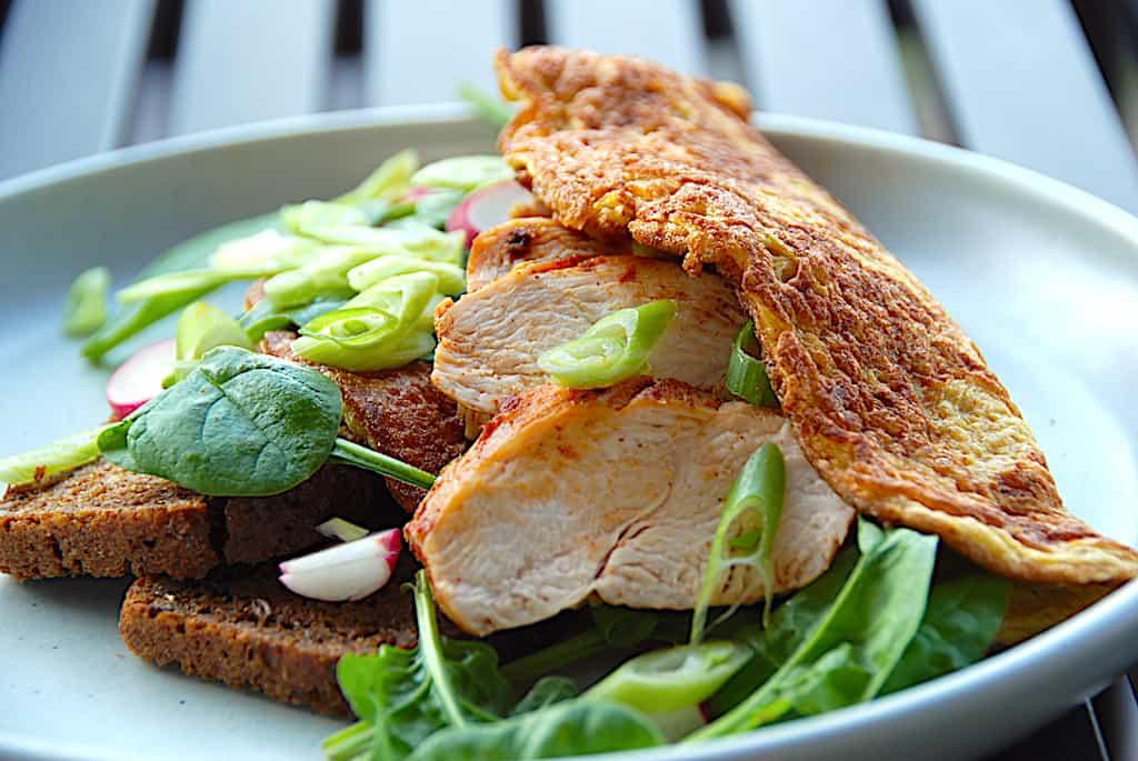 Omelet med kylling og spinat som hovedmåltid