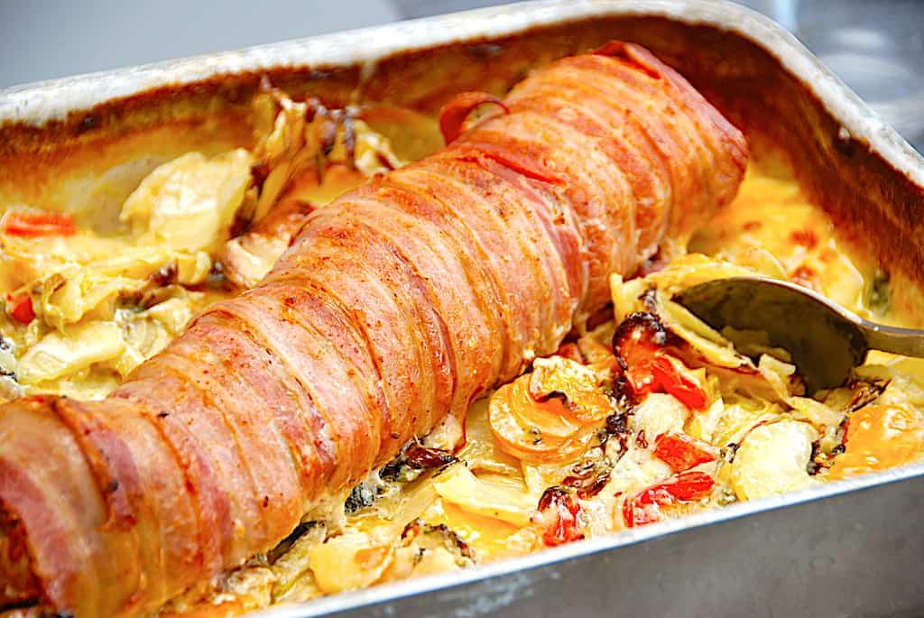 Baconmørbrad med flødegrøntsager i fad