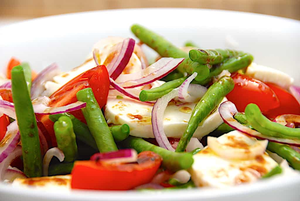 Bønnesalat med grønne bønner, tomat, rødløg og mozzarella