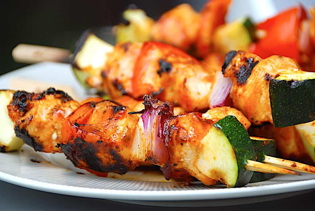 Grillede kyllingespyd med grøntsager og BBQ-marinade
