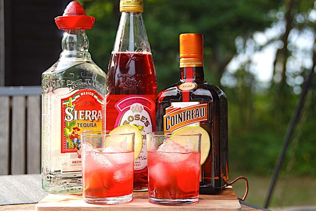 Pink Margarita drink med tequila, Cointreau og grenadine