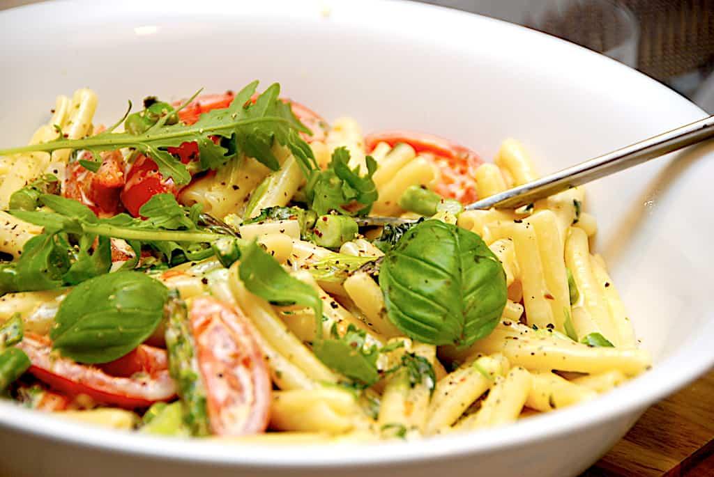 Hurtig pastaret med asparges, rucola og fløde