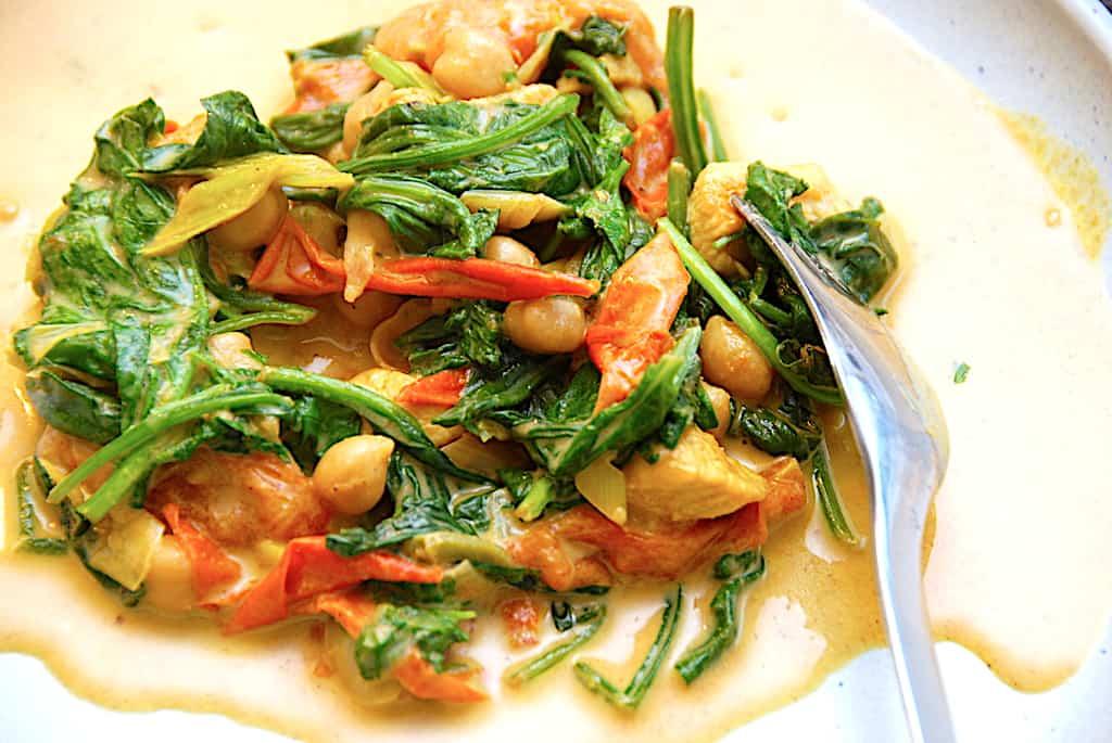 Indisk karryret med kylling, kikærter og spinat