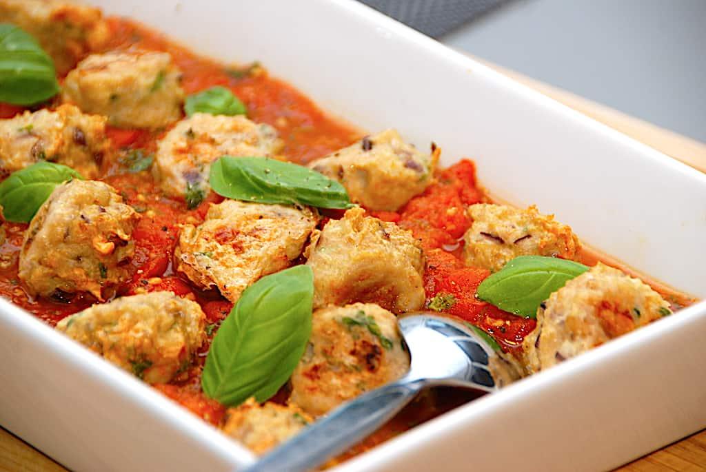 Nemme og ovnbagte kyllingeboller i tomatsovs