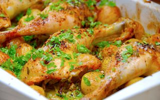 kyllingelår med spidskål og kartofler i ovn