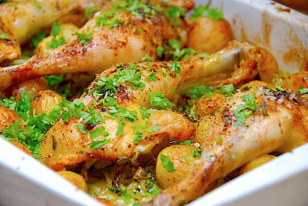 Kyllingelår med spidskål og kartofler i ovn (nem opskrift)