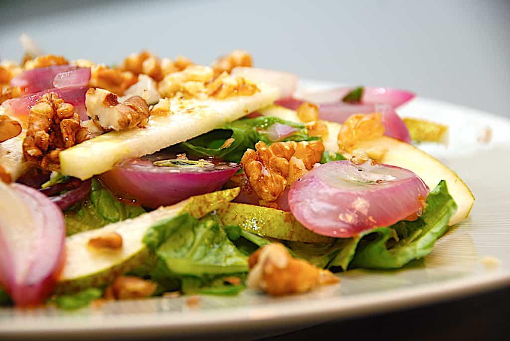 Løgsalat – nem og lækker salat med løg og pære