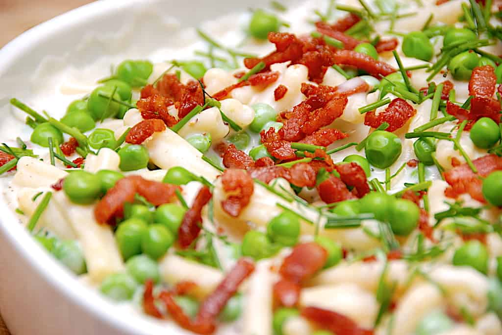Pasta med ærter og bacon i bechamelsauce
