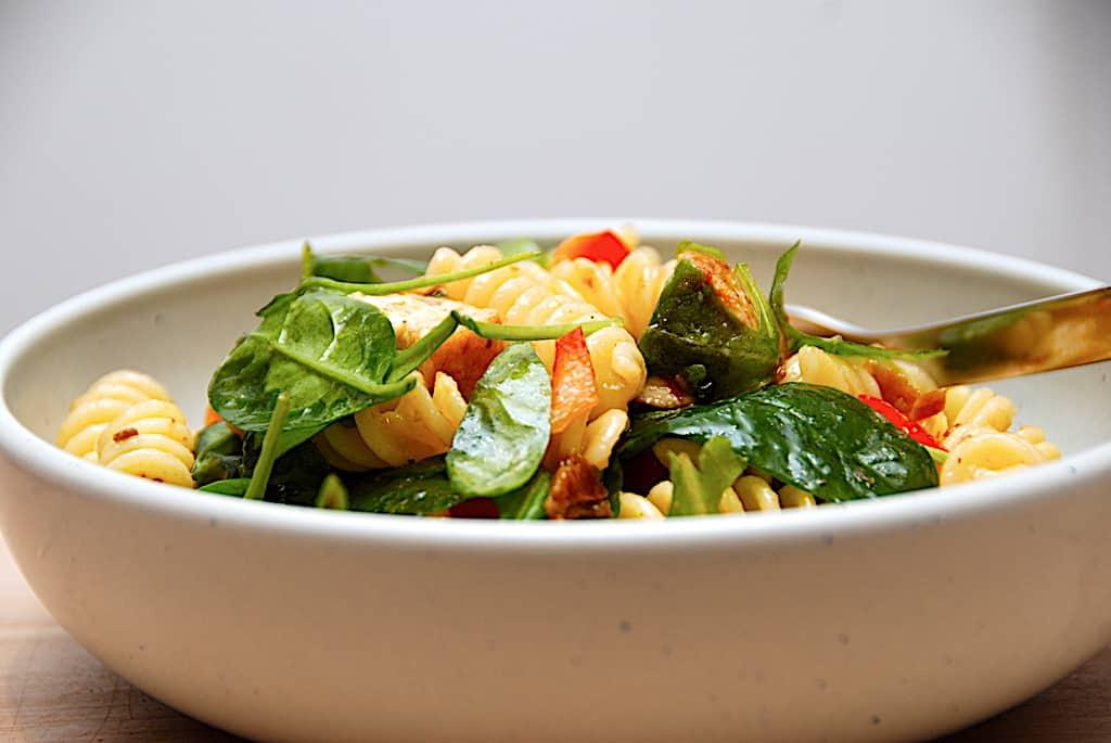 Italiensk pastasalat - nem opskrift med kylling og spinat