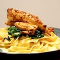 kylling med pasta, spinat og flødesovs