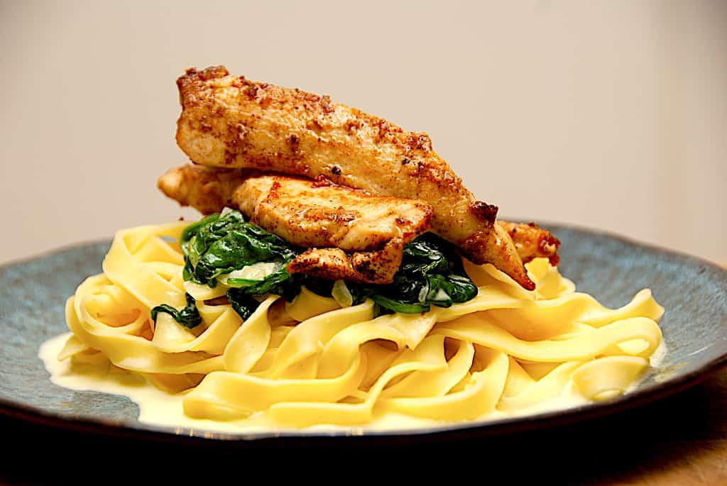 Kylling med pasta, spinat og flødesovs - simpel opskrift