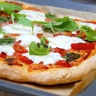billede med pizza margherita i bradepande