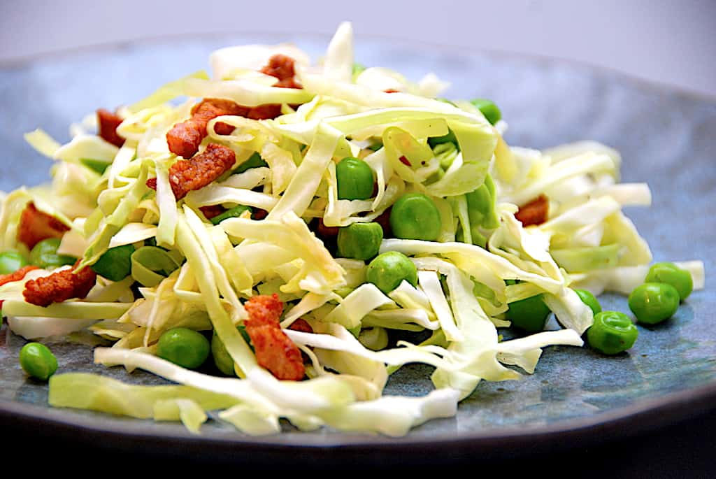 Spidskål med bacon og ærter - nem og lækker kålsalat
