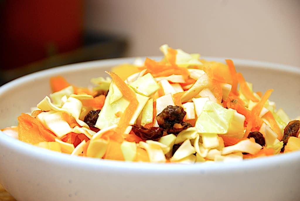 Hvidkålssalat med ananas, gulerødder og rosiner