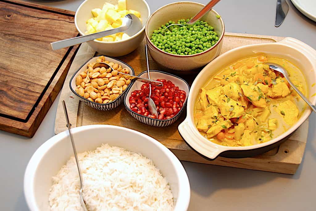 Ristaffel - hyggemad med kylling, karry, ris og tilbehør