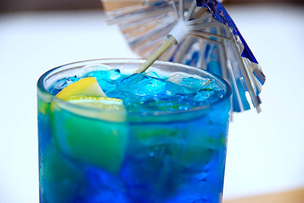Smølfe drink med blå curacao, gin og tonic