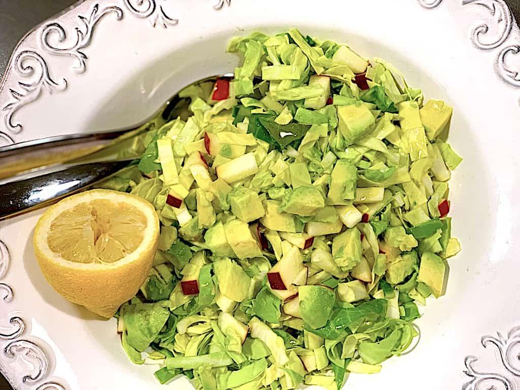 Spidskålssalat med æble og avocado (nem opskrift)