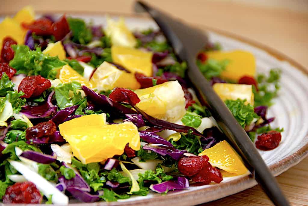 Kålsalat med grønkål, rødkål og nem citrusdressing