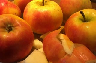 Æbler og æbleskræl som illustration til artikel om vitaminer i skrællen