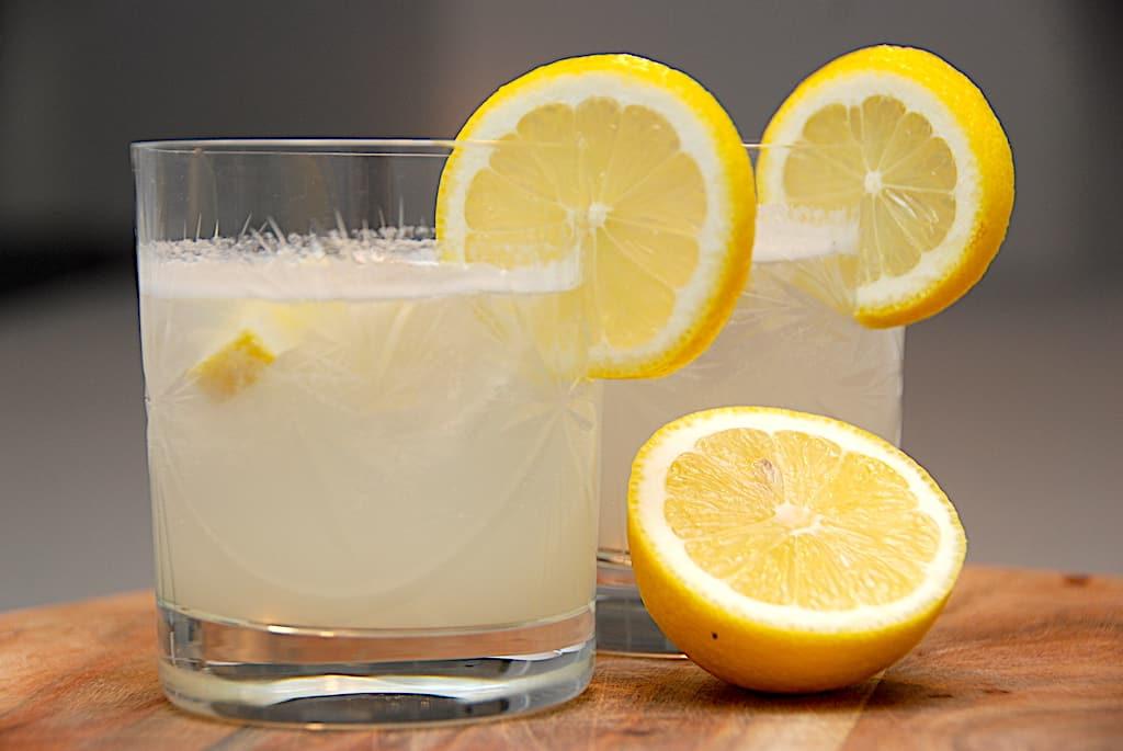 Gin Fizz - sådan laves den populære cocktail