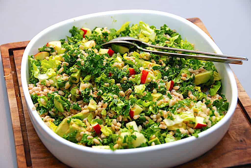 Perlebyg med grønkål, avocado og æble - en sund salat