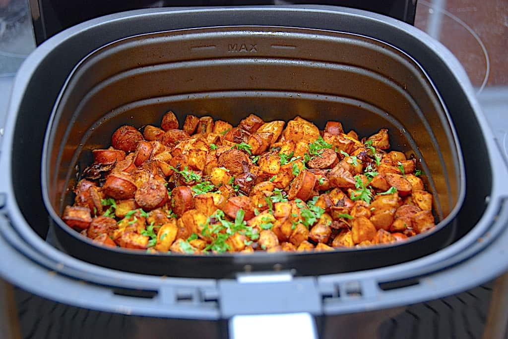 Du kan meget nemt lave en lækker omgang pølsemix i Airfryer. Det giver sprøde kartoffeltern og opskriften er meget nem. Foto: Holger Rørby Madsen, Madensverden.dk.
