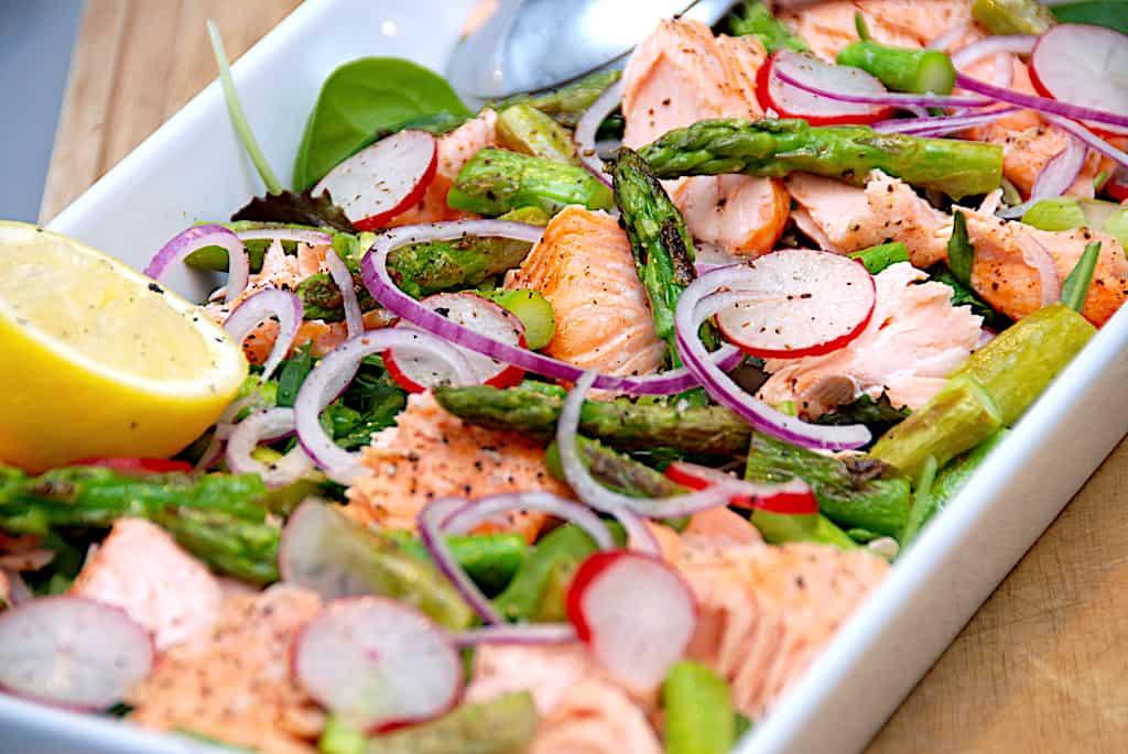 Salat med laks, ristede asparges og radiser