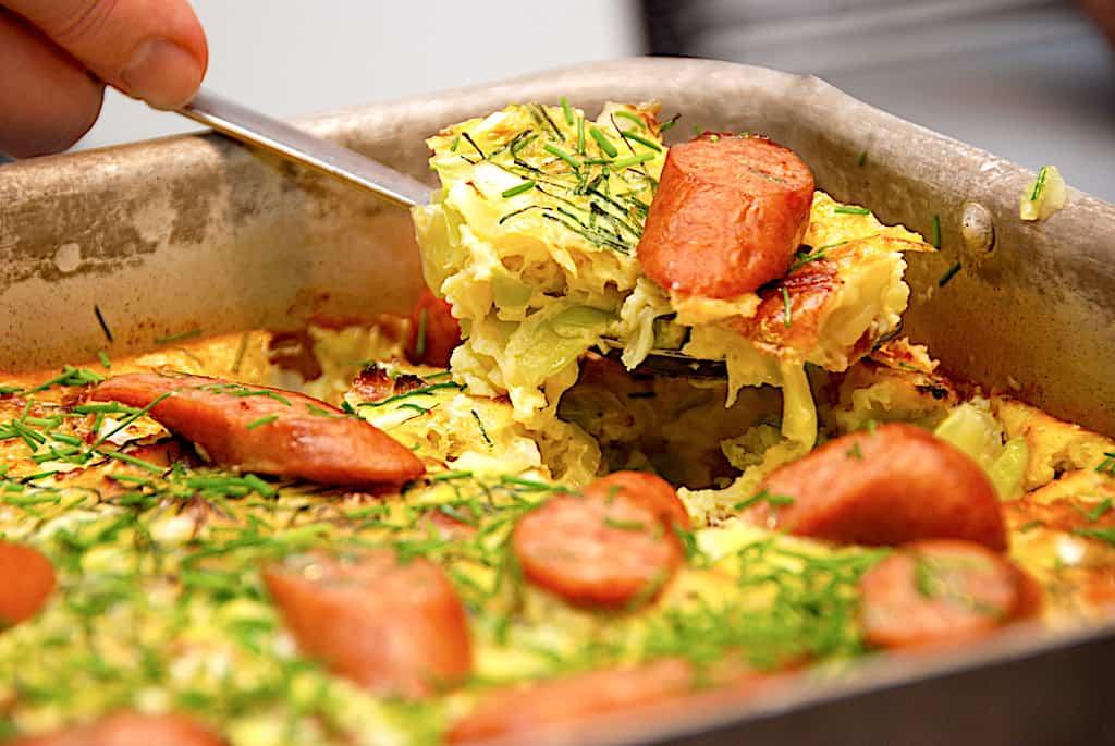 Æggekage med spidskål og bacon som nem aftensmad