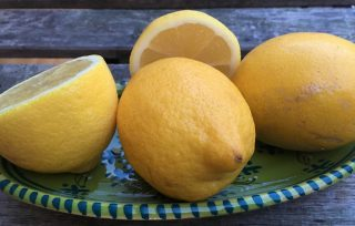 Citroner på et lille fad
