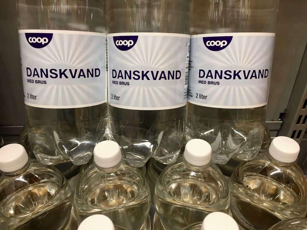 Danskvand kan være et godt alternativ til vand, når du skal slukke tørsten. De liflige bobler giver dejlig mundfornemmelse og skader ikke tænderne. Foto: Charlotte Mithril / Madensverden.dk