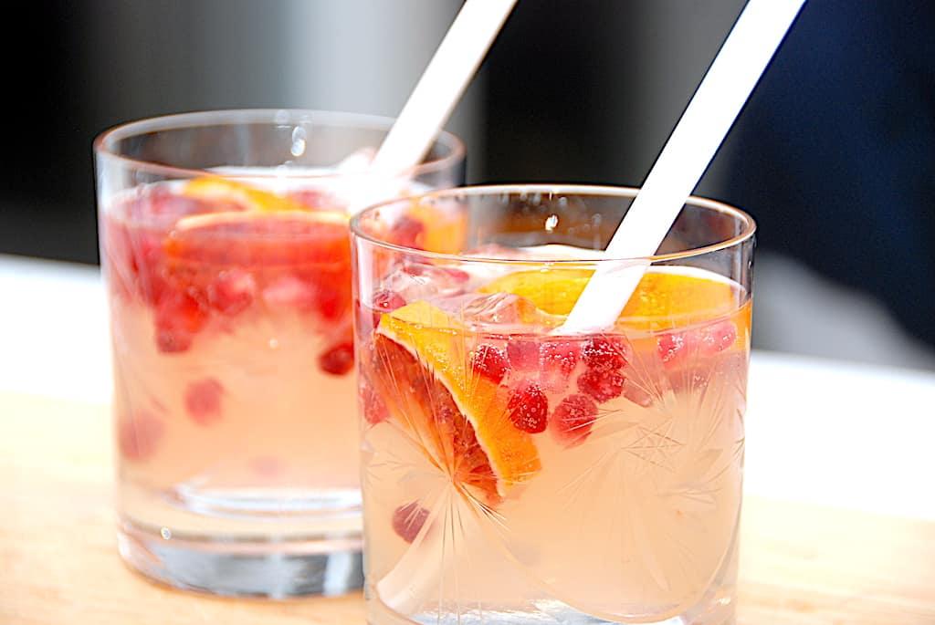 Gin Fizz med granatæble - lækker cocktail med gin
