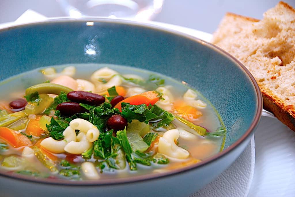Italiensk grøntsagssuppe med grønkål og bønner