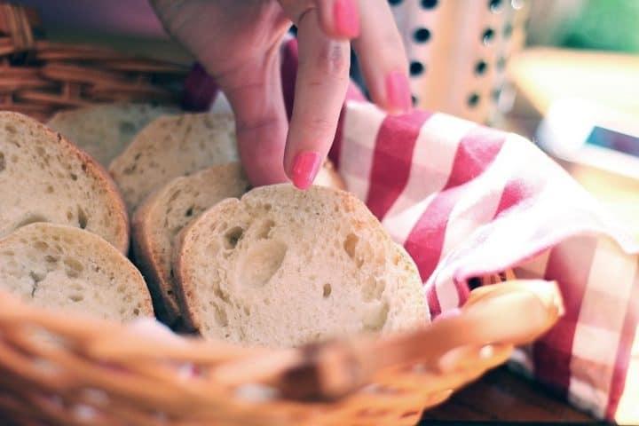 Skal, skal ikke? Friskbagt brød smager fantastisk, men hvordan er det nu med kulhydrater og stivelse? Spis roligt et stykke brød, hvis du ellers spiser sundt og varieret.