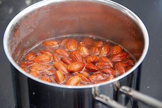 mandler koges i vand og salt