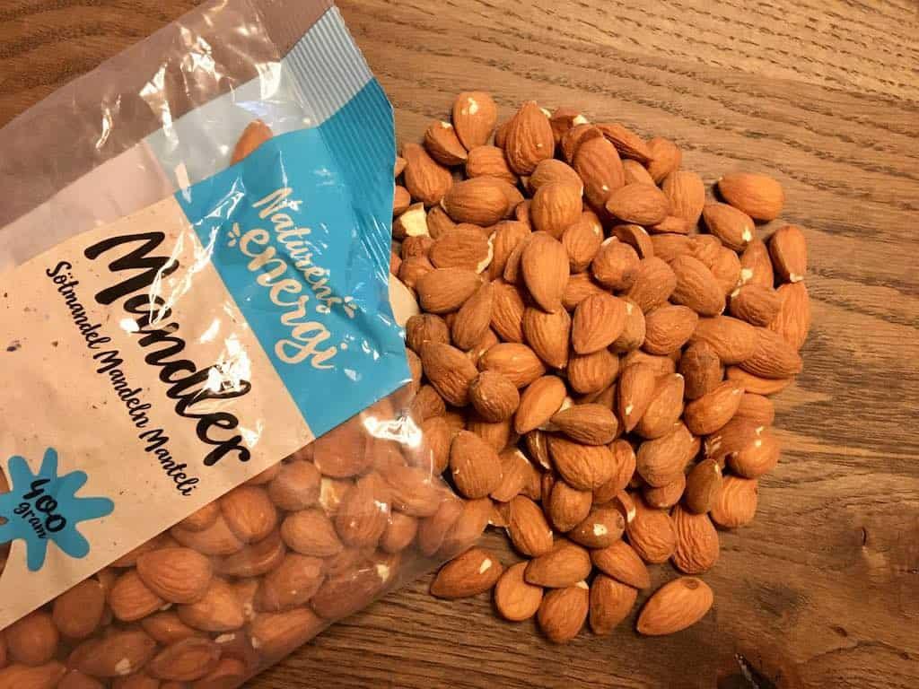 Nødder er sunde og kan bidrage til smagsoplevelsen. Spis derfor gerne nødder som snacks og i retter – op til en håndfuld om dagen. Foto: Charlotte Mithril / Madensverden.dk