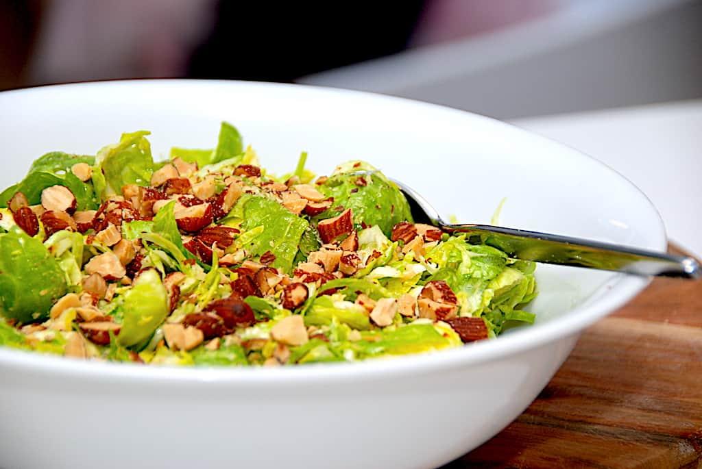 Rosenkålssalat - salat med rosenkål og saltede mandler