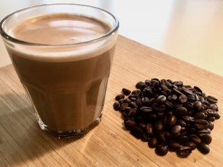 En skinny latte med minimælk i stedet for sødmælk indeholder færre kalorier. Men bryder du dig ikke om smagen, er det måske bedre at drikke en fuldfed caffe latte. Foto: Charlotte Mithril / Madensverden.dk