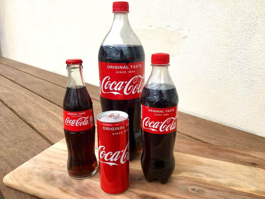 Cola kan fås i mange forskellige emballager. Madens Verden har set på, om der er forskel på smagen, og om cola fra glasflaske virkelig smager bedre. Foto: Charlotte Mithril / Madensverden.dk
