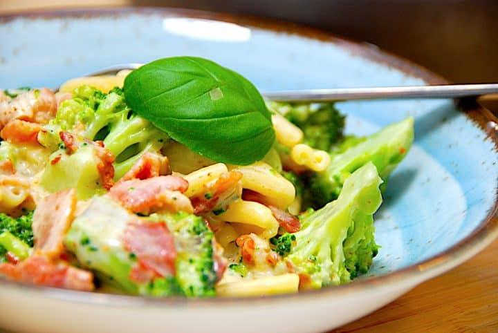 cremet pasta med bacon og broccoli