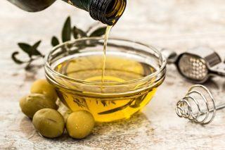 Der er masser af smag og fedme i olivenolie. Og måske er smagen af fedt en sjette grundsmag, som forskere har døbt oliogustus. Det er dog nærmere en harsk smag af fedme, end den dejlige fedme fra eksempelvis olivenolie.