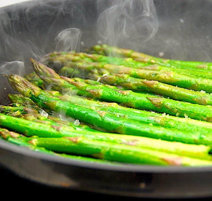 Pandestegte asparges eller ristede grønne asparges med citron. Det er en lækker måde at tilberede de vidunderlige asparges på. Foto: Holger Rørby Madsen, Madensverden.dk.
