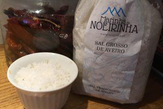 Saltkar og pose med salt til artikel om alternativer til salt