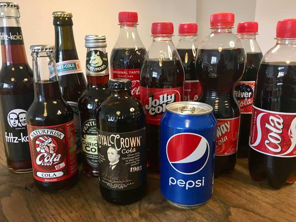Fødevareekspert og smagsdommer Charlotte Mithril har smagt på 12 forskellige slags cola i denne smagstest af cola. Foto: Charlotte Mithril / Madensverden.dk