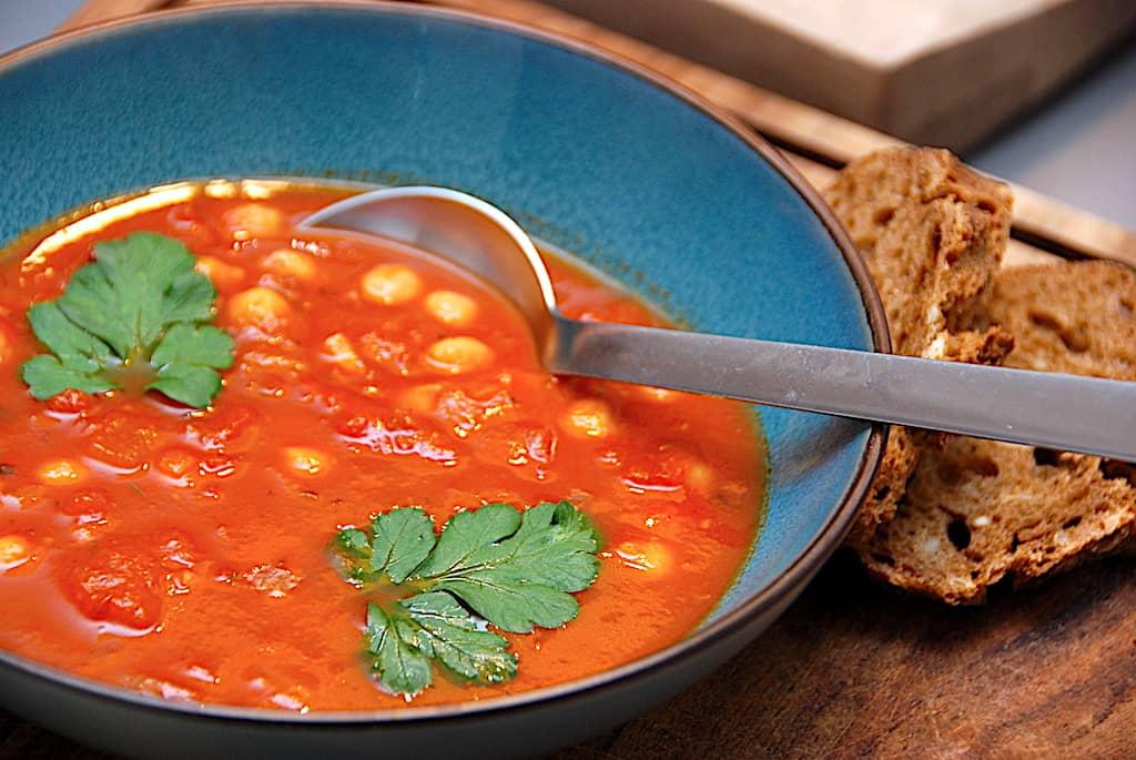 Suppe med tomat og kikærter - nem opskrift uden kød