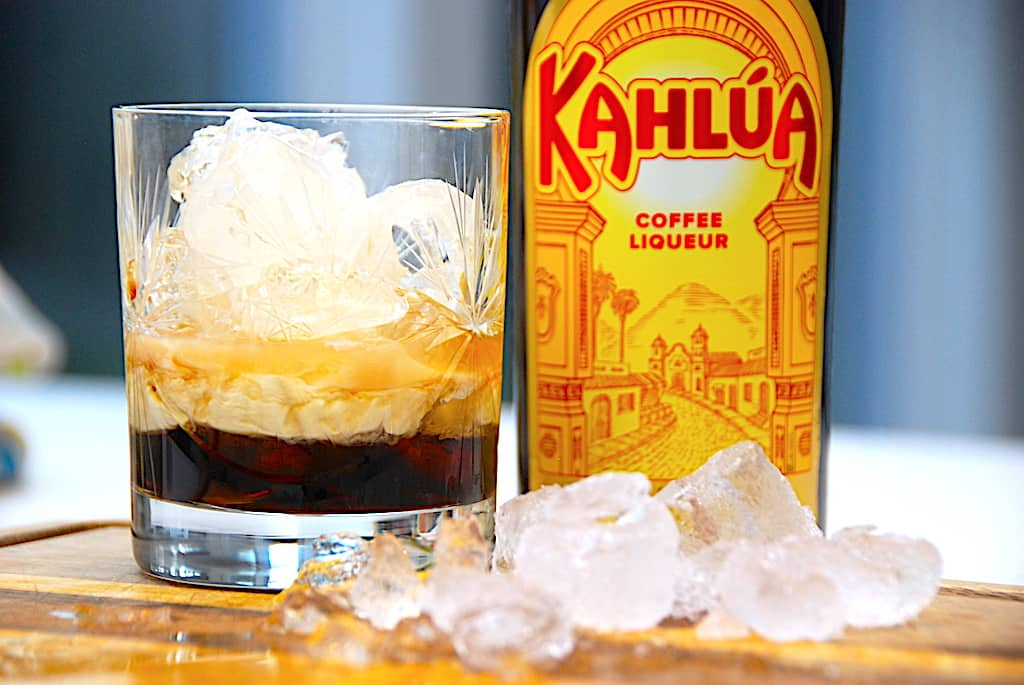 White Russian drink med Kahlua, vodka og fløde