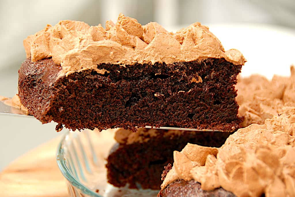 Black magic chokoladekage med chokolade mousse