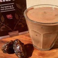 Denne chokolade smoothie med dadler og banen har en fantastisk lækker og cremet chokoladesmag og kan laves på kun få minutter. Foto: Charlotte Mithril / Madensverden.dk