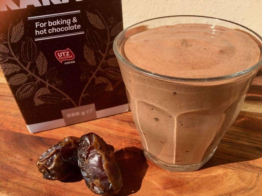 Chokolade smoothie med dadler og banan