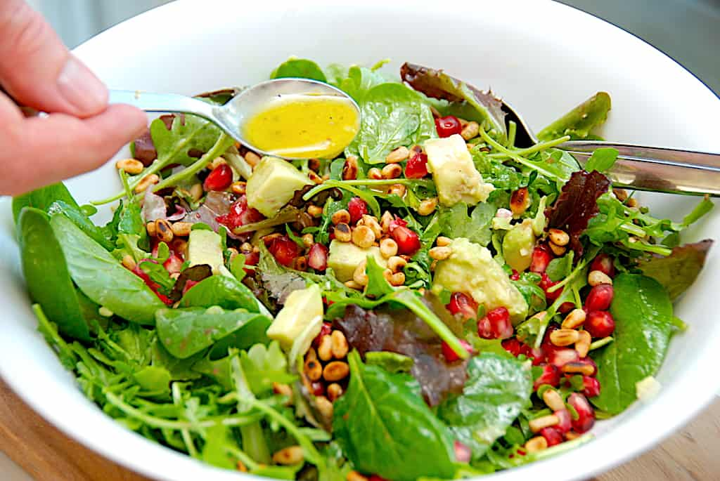 Grøn salat med granatæble og avocado